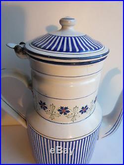 Cafetière Art Déco émaillée et rayée bleu, guirlande de bleuets signée BB 14047