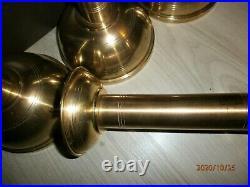 ENSEMBLE DE 4 PIQUE-CIERGES STYLE ART DECO /LAITON CUIVRE/H. 28-33cm/2,4kg/AUTEL
