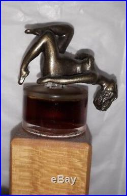 Presentoir art deco Ourt-Gallery bois flacon parfum verre bouchon bronze femme